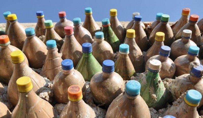 casa costruita con bottiglie di plastica